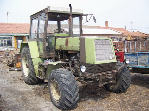 出售二手拖拉机,100马力,四轮驱动.